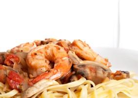 Sommermat – varm pastasalat med kylling og scampi