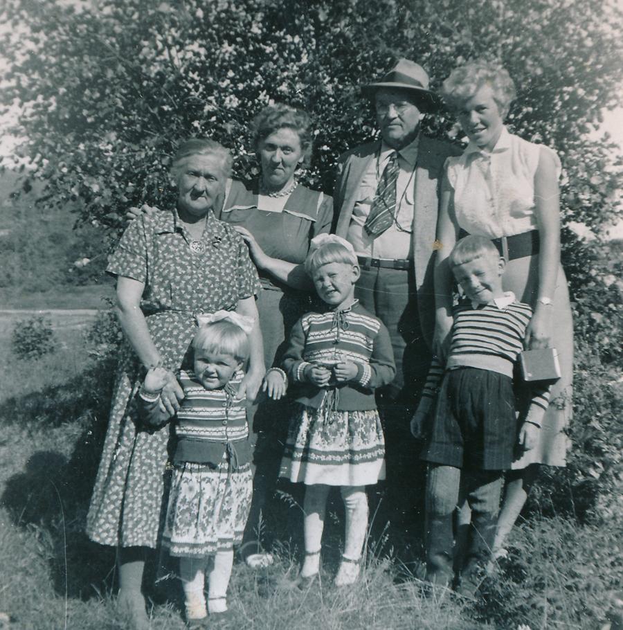 Min mormor, tante og hennes barn, onkel Isak og mamma